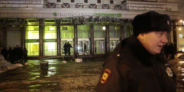 Un policier devant le supermarché de Saint-Pétersbourg ciblée par l'attentant le 27 décembre 2017.
