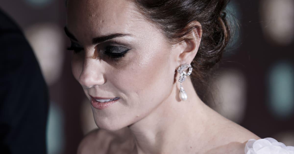 """Kate Middleton in abito bianco ruba la scena alle dive degli """"Oscar"""" inglesi"""