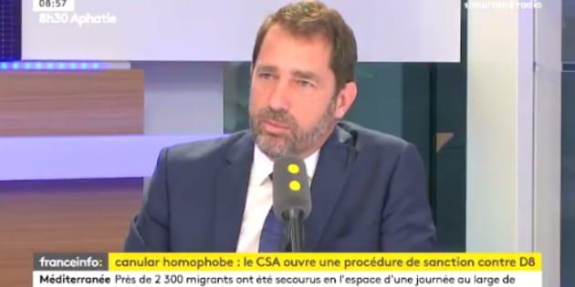 """""""Choqué"""" par Hanouna, le porte-parole du gouvernement Christophe Castaner juge que """"ça n'enlève en rien du talent d'animateur""""."""