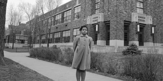 Linda Brown a 9 anni, in posa di fronte alla Sumner Elementary School di Topkea, Kansas, nel 1953.
