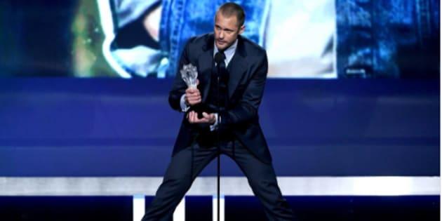 """Ce 11 janvier, tout ne s'est pas tout à fait passer comme prévu pour l'acteur de """"Big Little Lies"""", Alexander Skarsgård sur la scène des Critics' Choice Awards."""