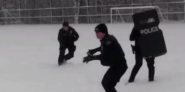 雪合戦をするアメリカ・ワシントン州デュヴァルの警察官ら