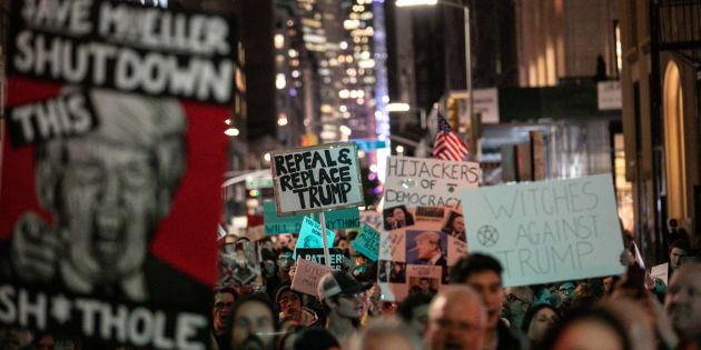 Des Américains manifestant à  New York pour protéger le procureur Robert Mueller.