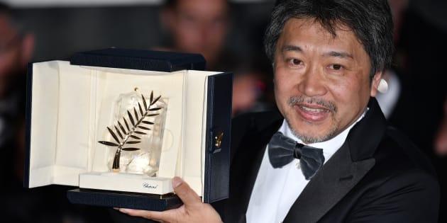El director japonés Hirokazu Kore-eda, con la Palma de Oro de Cannes.