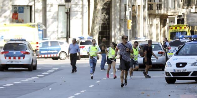 Un grupo de viandantes corren por Las Ramblas, mientras los agentes tratan de despejar la zona tras el atropello masivo.