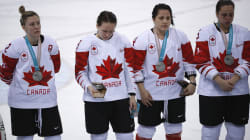 Une joueuse canadienne de hockey critiquée pour avoir refusé de porter sa médaille