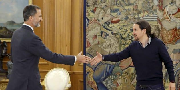 El líder de Podemos, Pablo Iglesias, con el rey Felipe VI en La Zarzuela el 25 de octubre de 2016.