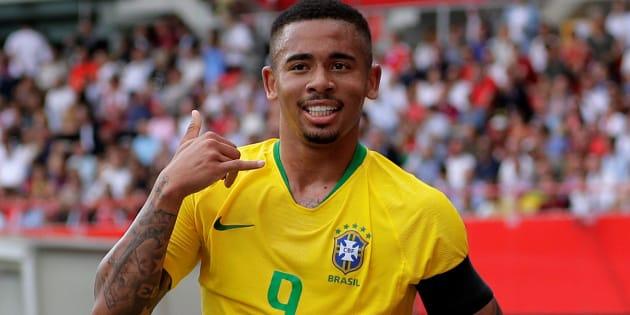 """Gabriel Jesus comemora com o gesto tradicional """"alô, mamãe"""" após marcar seu décimo gol com a camisa da Seleção Brasileira, diante da Áustria."""