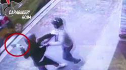 A Roma un migrante ha fermato un ladro armato di mannaia e lo ha fatto