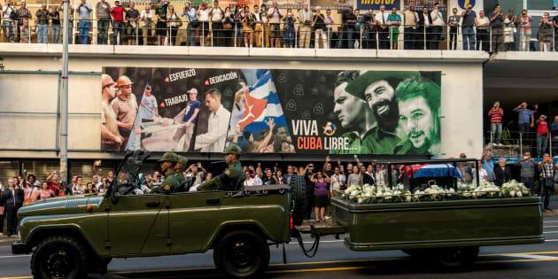 """L'urne contenant les cendres de Fidel Castro est vue ici à La Havane, au départ d'un voyage de 4 jours à travers Cuba, le 30 novembre 2016. La """"caravane de la liberté"""" part de La Havane et fera des étapes symboliques le long des 950 kilomètres à parcourir jusqu'à la ville de Santiago de Cuba, à l'est de l'île."""
