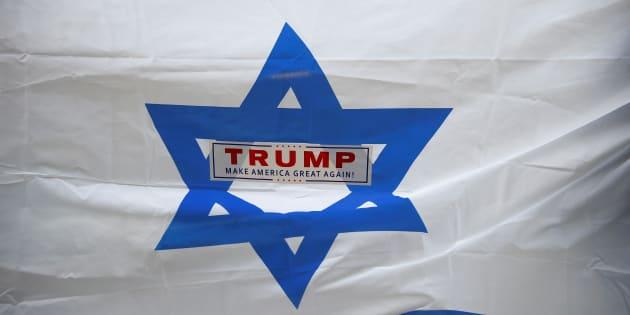 Una bandera de Israel con una pegatina sobre Trump, en una protesta pro-Palestina en Nueva York, el pasado mayo.