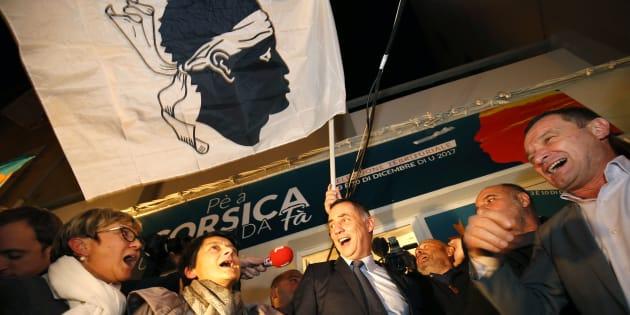 L'autonomiste Gilles Simeoni, chef de file de la coalition Pè a Corsica (Pour la Corse) qui comprend également les indépendantistes de Jean-Guy Talamoni, a connu une victoire historique avec plus de 56% des suffrages exprimés aux élections territoriales des 3 et 10 décembre 2017.