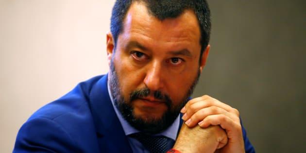 Matteo Salvini menace de lever la protection policière de Roberto Saviano