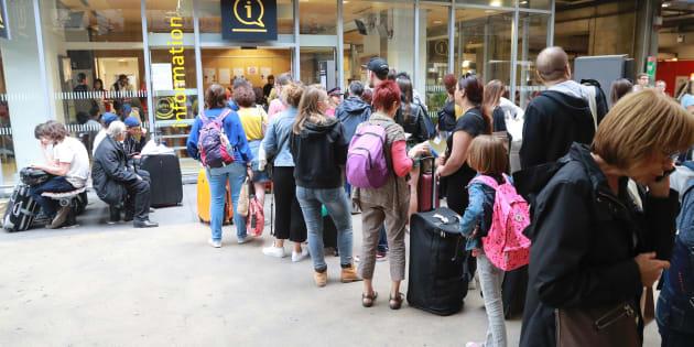 Des voyageurs font la queue pour obtenir des informations, le 30 juillet à la gare Montparnasse à Paris.