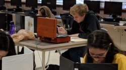 Estudiante se pone creativo luego de que le prohibieron escuchar música durante