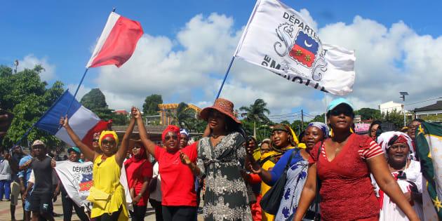 Des manifestants à Mayotte réclamant des mesures contre l'insécurité et l'immigration clandestine.