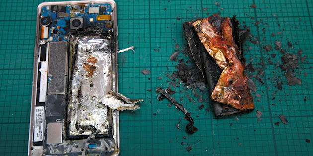 THIS IMAGE HAS BEEN BINNED. A Samsung Note 7 handset is pictured next to its charred battery after catching fire during a test at the Applied Energy Hub battery laboratory in Singapore October 5, 2016. REUTERS/Edgar Su