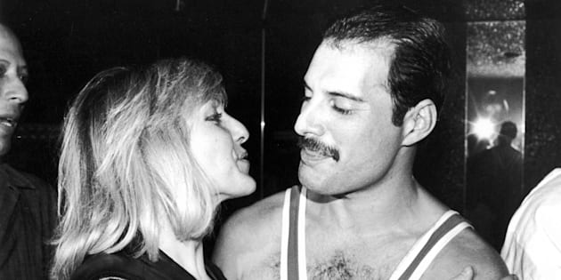 From left to right, singer Freddie Mercury (1946 - 1991) of British rock band Queen with his friend Mary Austin, circa 1983. (Photo by Dave Hogan/Getty Images)