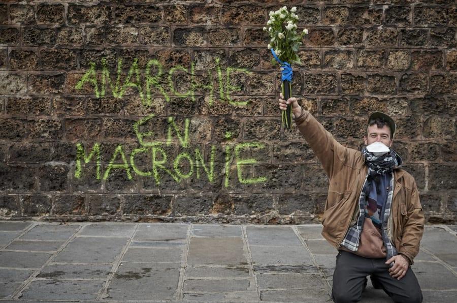 """Avec les graffitis, """"les gilets jaunes redeviennent souverains en s'appropriant l'espace public"""" estime l'historienne Mathilde Larrere."""