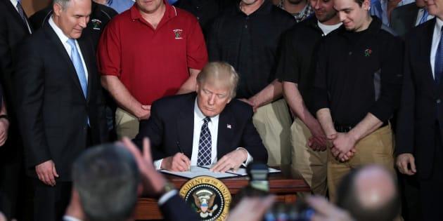 Donald Trump signe un décret remettant en cause les mesures de Barack Obama sur le climat