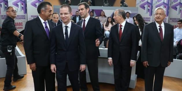 Los candidatos Jaime Rodríguez Calderón, Ricardo Anaya Cortés, José Antonio Meade y Andrés Manuel López Obrador, junto al consejero del INE, Lorenzo Córdova, durante el segundo debate presidencial realizado en la Universidad Autonoma de Baja California, el 20 de mayo de 2018.