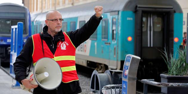 À Marseille, les cheminots grévistes bloquent l'accès à la gare à leurs collègues qui veulent travailler Http%3A%2F%2Fo.aolcdn.com%2Fhss%2Fstorage%2Fmidas%2F53d68db12c3ae59e5aa0e1b153ec44ee%2F206371150%2FRTX5GA89