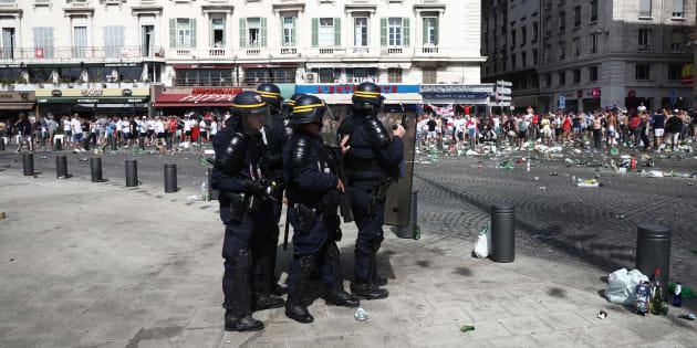 La policía actúa en los enfrentamientos entre los fans de Inglaterra antes del partido contra Rusia el 11 de junio de 2016 en Marsella (Francia).