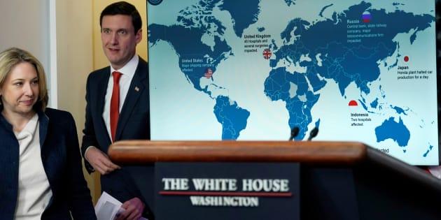 Tom Bossert, asesor de seguridad interna del presidente Donald Trump, y Jeanette Manfra, secretaria adjunta de la Oficina de Seguridad Cibernética y Comunicaciones de la Seguridad Nacional, en una sesión informativa sobre el ciberataque 'WannaCry' en la Casa Blanca, el 19 de diciembre de 2017.