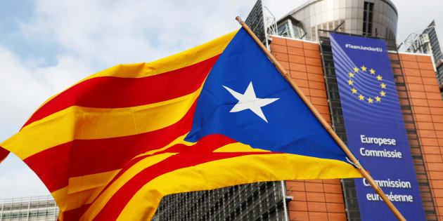 Un drapeau séparatiste catalan lors d'une manifestation devant le siège de la Commission européenne, le 12 février 2019.