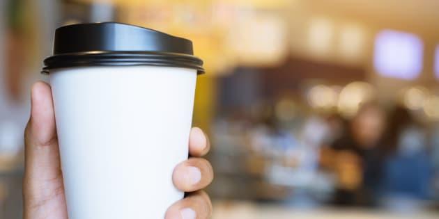 L'intérieur des gobelets de carton utilisés pour les boissons chaudes est revêtu de polyéthylène (plastique). Ils ne sont donc pas recyclables. Les couvercles, généralement faits de plastique #6, ne peuvent être recyclés qu'à de très rares endroits sur l'île de Montréal.