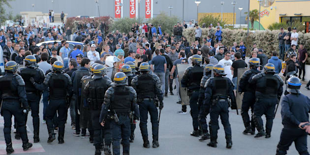 Des supporters bastiais face à des CRS après le match Bastia-Lyon le 16 avril 2017.