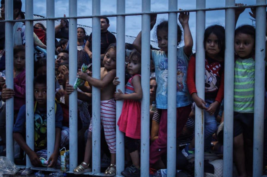 En el paso fronterizo de Guatemala-México, miles de migrantes esperan a pasar al lado mexicano, en su caravana hacia Estados Unidos. Autoridades mexicanas prometieron trasladarlos de forma ordenada a albergues luego de que los hondureños,