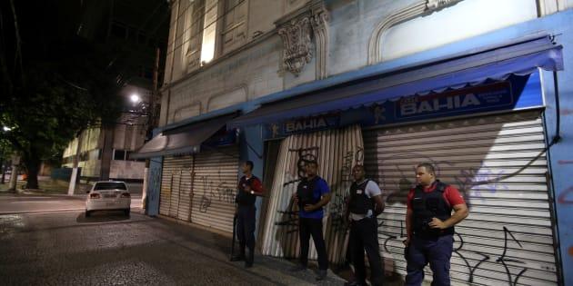 Private security guard a store in downtown Vitoria, Espirito Santo, Brazil, February 7, 2016.   REUTERS/Paulo Whitaker