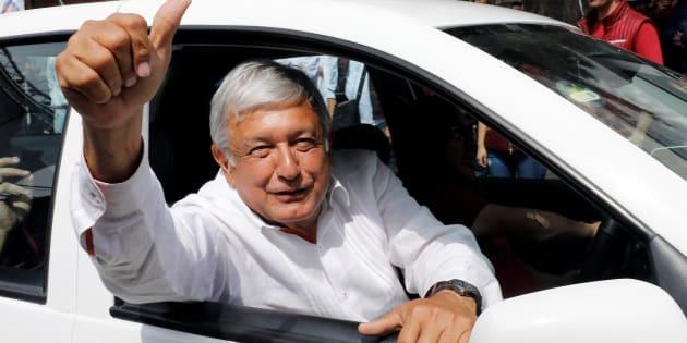 El candidato izquierdista Andrés Manuel López Obrador de Morena saluda a los partidarios cuando abandona una manifestación de campaña en Ciudad de México.