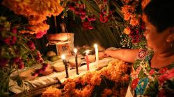 VIDEO: Aprende a armar una ofrenda de Día de Muertos en un