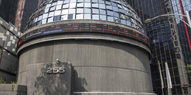 Edificio de la Bolsa Mexicana de Valores, en donde se puede ver la cotización de diferentes índices nacionales.