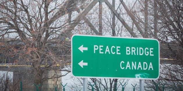 Un panneau routier pointant le chemin vers la frontière canadienne, à Buffalo.