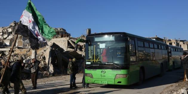 Un convoi de bus et d'ambulances destinés à évacuer les civils d'Alep vendredi 15 décembre
