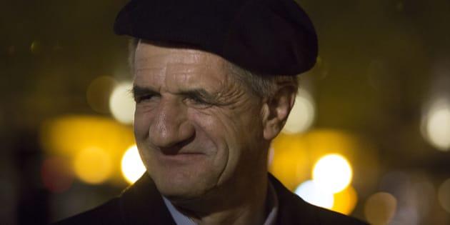"""Le député Jean Lassalle rend visite au mouvement """"Nuit debout"""" sur la Place de la République à Paris, le 2 mai 2016."""