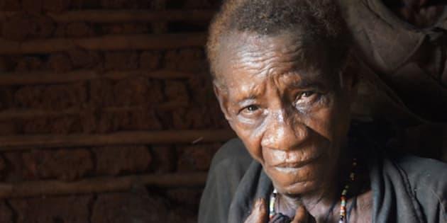 Guardaparques financiados por WWF atacaron la aldea de esta mujer baka y la agredieron con gas pimienta. Foto: Survival International.