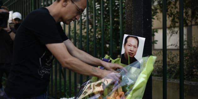 Des fleurs déposées en hommage à Chaolin Zhang, le 7 août.