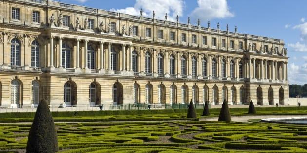 Dans les jardins du château de Versailles, qui recevra bientôt son bloc de marbre. Il devrait être transformé en fontaine.