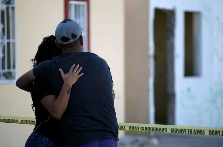 Familiares de un hombre asesinado en su garage ante la escena del crimen en Ciudad Juárez. REUTERS/Jose Luis Gonzalez