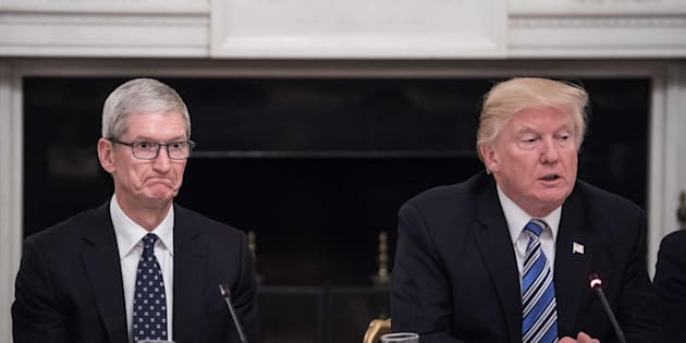 Apple CEO Tim Cook (L) listens to US President Donald Trump during an American Technology Council roundtable at the White House in Washington, DC, on June 19, 2017. / AFP PHOTO / NICHOLAS KAMM        (Photo credit should read NICHOLAS KAMM/AFP/Getty Images)