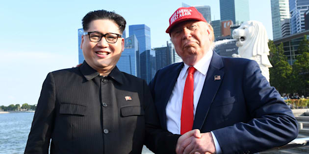 North Korean leader Kim Jong Un impersonator Howard X (L) and Donald Trump impersonator Dennis Alan (R) react at the Merlion park in Singapore on June 8, 2018. / AFP PHOTO / Roslan RAHMAN / AFP PHOTO / ROSLAN RAHMAN