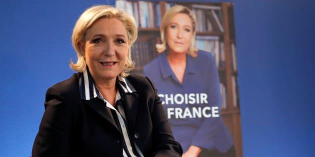 Marine Le Pen devant son affiche de campagne pour la présidentielle, le 2 mai 2017.