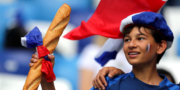 """Coupe du monde 2018: Tout le monde adore ce """"garçon à la baguette"""" supporter des Bleus pendant France-Uruguay"""