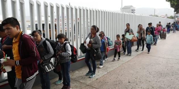 Des demandeurs d'asile font la file au point d'entrée de San Ysidro, près de Tijuana, au Mexique, 26 juillet 2018.