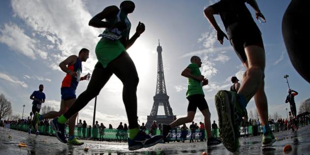 Les coureurs du 42ème Marathon de Paris passent devant la Tour Eiffel, le 8 avril 2018.