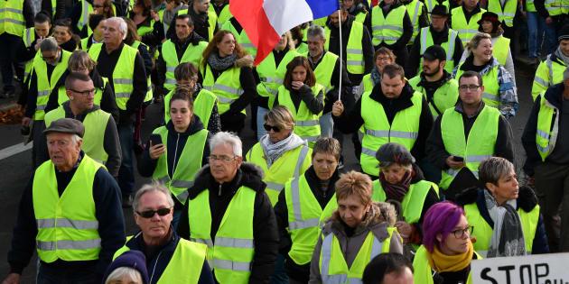 Des gilets jaunes manifestant à Rochefort (Charente-Maritime) le 24 novembre 2018.